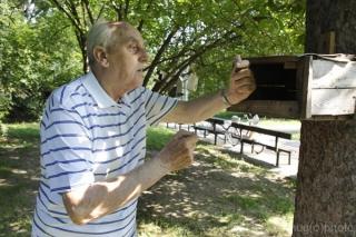Osemdesiatsedemročný Karol Fano kŕmi veveričky už 38 rokov