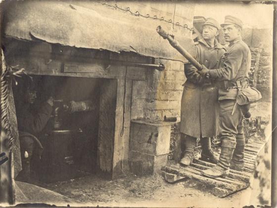 Obsluha plameňometu v zákope (archív M.Hüttla)