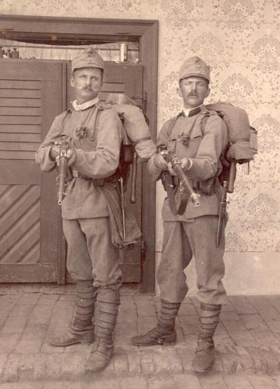 Piešťanci v plnej poľnej pred odchodom na front (archív A.Vráblovej)