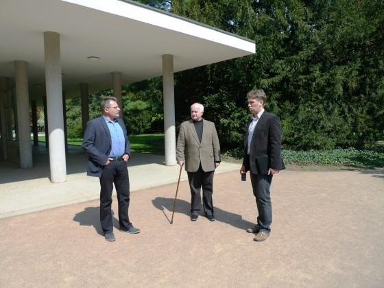 P. Tremboš, L. Langr a T. Hudcovič pri kolonáde
