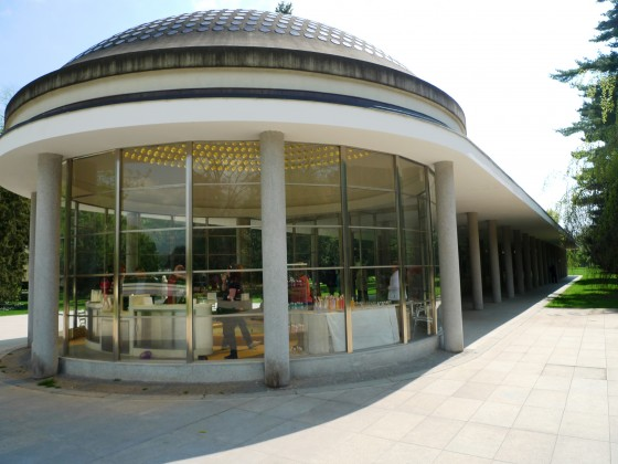 Pitný pavilón s krytou kolonádou