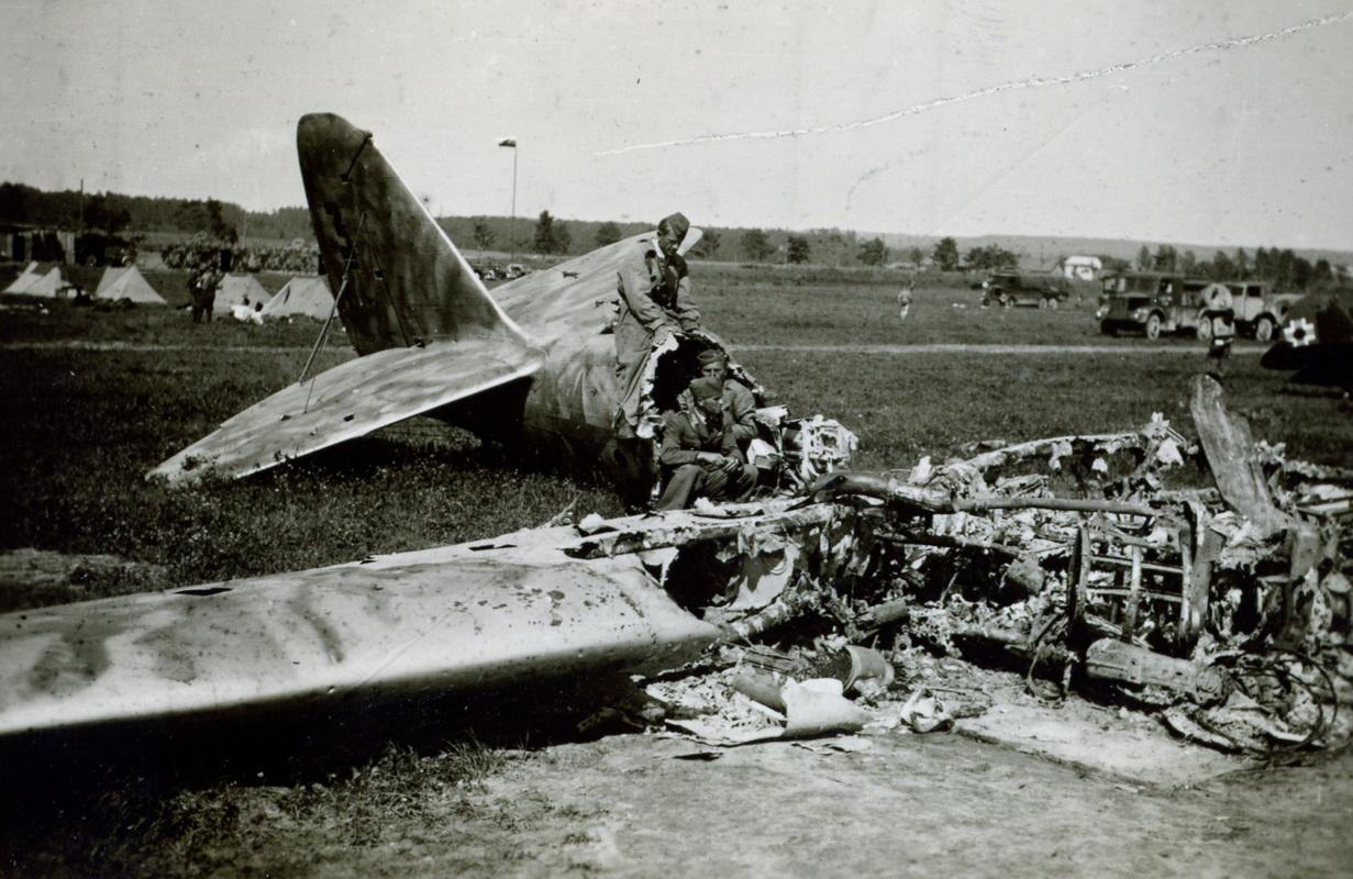 05 Príslušníci slovenského letectva na východnom fronte pri zničenom sovietskom lietadle_resize