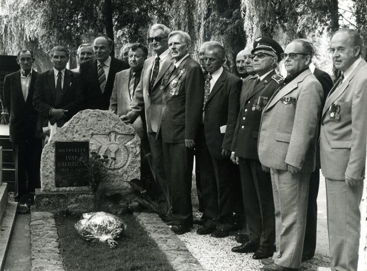 13 Bývalí príslušníci leteckého pluku pri hrobe Ivana Haluzického v Piešťanoch_resize