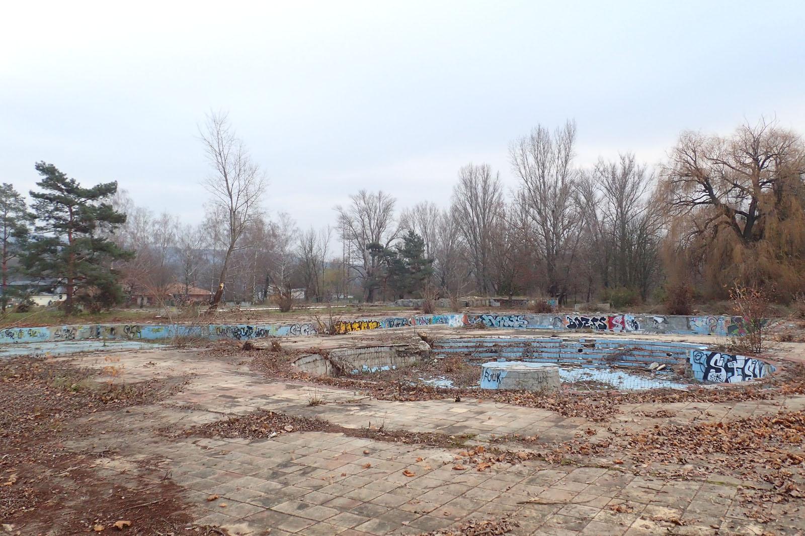 Bývalé bazény je po odstránení krovín opäť vidieť.