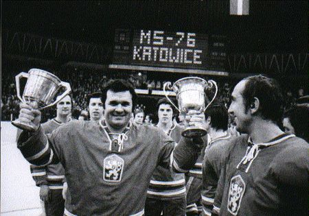 Vlado Dzurilla s víťaznými trofejami na MS 1976