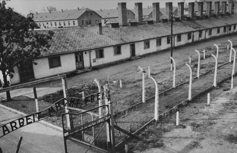 Vstupná brána do tábora Osvienčim holocaustresearchproject.org