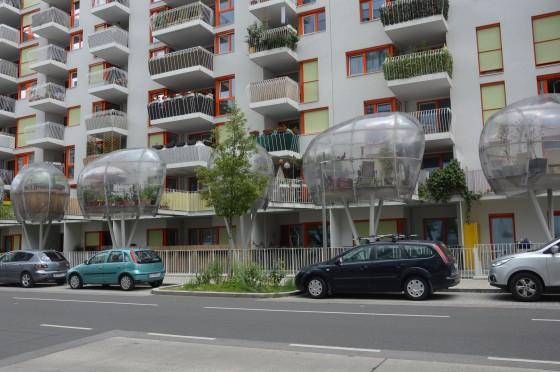 balkony buducnosti nad rušnou ulicou