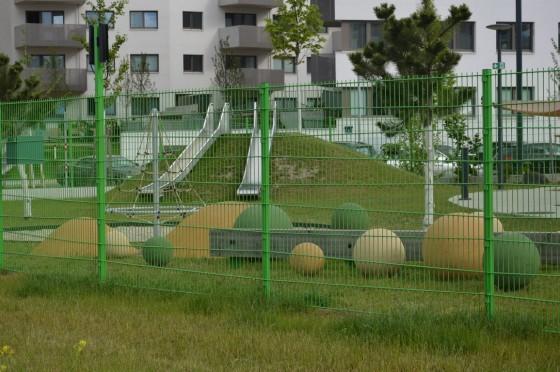 exterier školky- aspoň cez plot