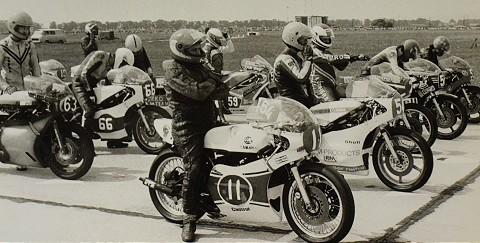 Rudolf Mitošinka (št. č. 11) sedlal čertovsky rýchle motocykle v období 1962 – 1989, ako v tomto prípade na štarte populárnej CS v rodnom meste. Neskôr to ešte nakrátko skúšal medzi veteránmi. Foto: K. a G. Rögnerovci