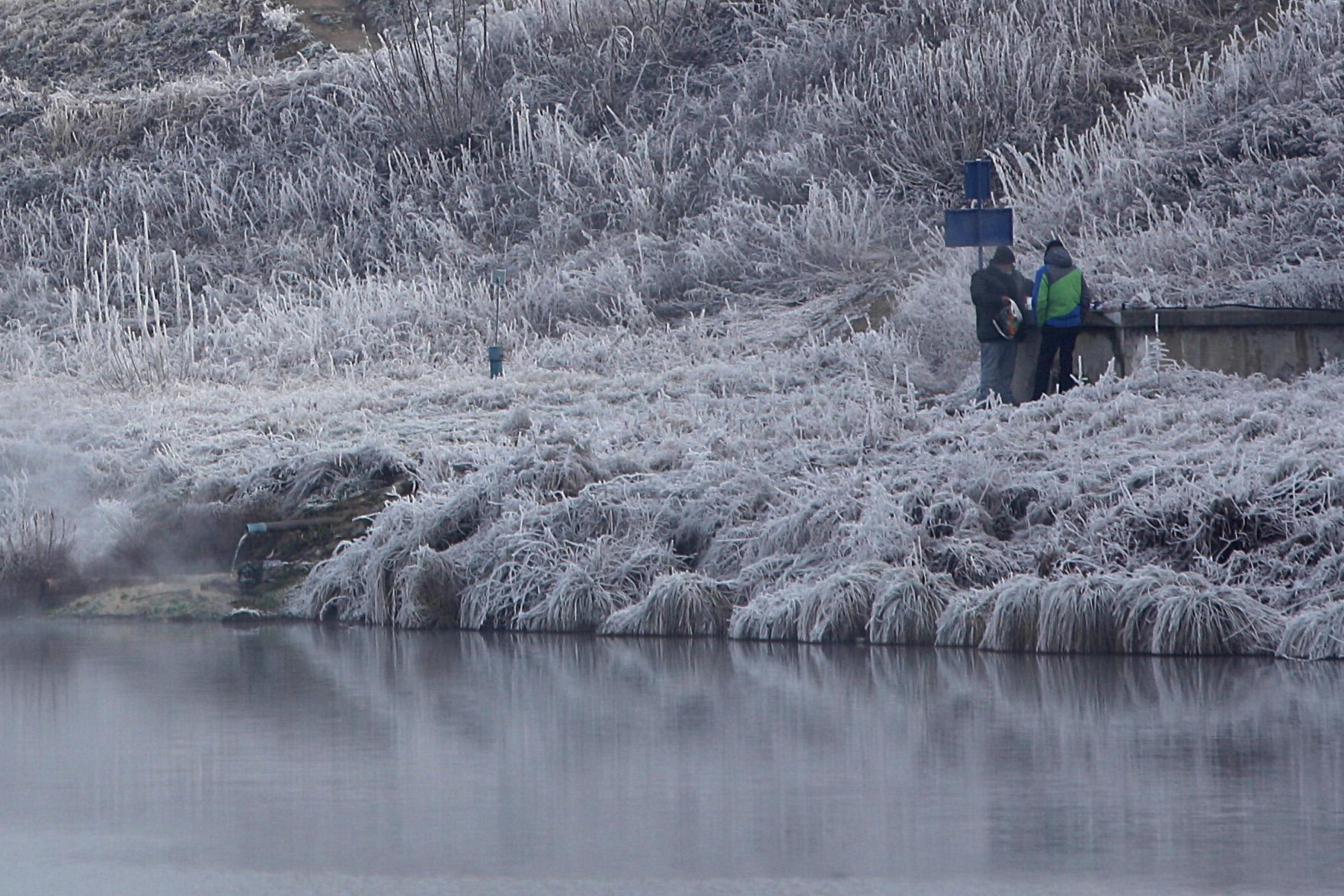 V chladnom počasí sa ľudia bez domova chodia zohriať aj k prameňom teplej vody.
